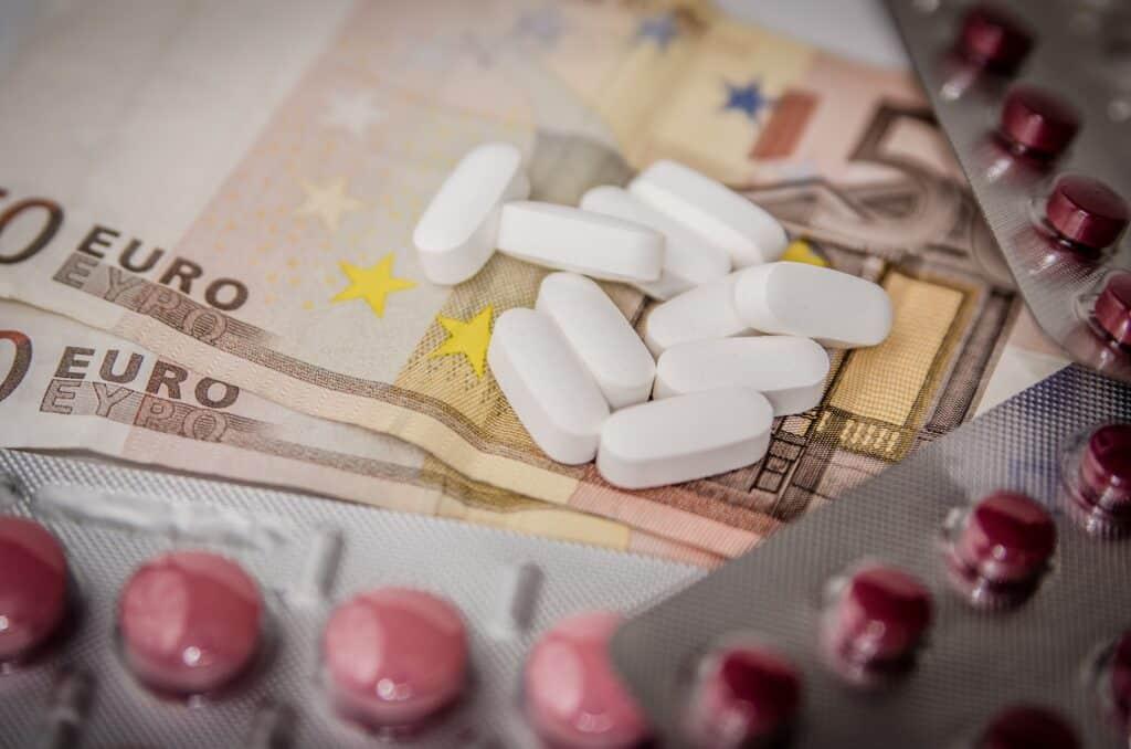 Sozialversicherungsrecht- Bild von Geld und Medikamenten